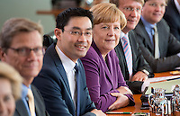Berlin, Bundeskanzlerin Angela Merkel (CDU) und Bundeswirtschaftsminister und Vizekanzler Philipp Rösler (FDP) sitzen am Mittwoch (24.04.13) vor Beginn der Sitzung des Bundeskabinetts im Kanzleramt nebeneinander.