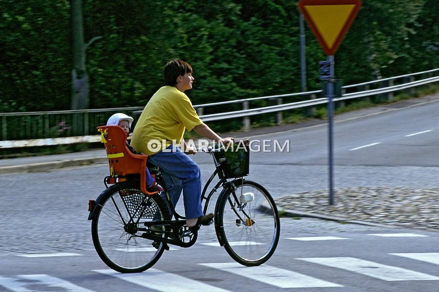Mulher em bicicleta, Karlshamn, Suécia. 1996. Foto de Adriano Gambarini.