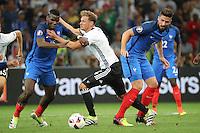 Benedikt Hoewedes (Deutschland Germany) gestoppt von Paul Pogba (Frankreich, France) und Olivier Giroud (Frankreich, France) - UEFA Euro 2016: Deutschland vs. Frankreich, Stade Velodrome Marseille, Halbfinale M50