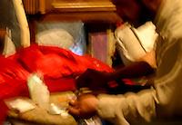 """Bienvenidos a Welcome to:Por Fernando Rojas. CIUDAD JUAREZ, CHIHUAHUA.- Es fácil encontrar un infierno en vida, si es que  a eso se le puede llamar vida. Los adictos a la heroína y los picaderos, éste es uno de tantos que existen en el mundo pero esta tapia en particular, es lo que fue la casa de un catedrático que al perder su empleo debido a su adicción a la ¨piedra¨ también perdió su matrimonio y todo lo que le rodeaba, hasta convertirse en lo queda después de 5 incendios por dejar velas prendidas o cigarros cuando recién se acaban de inyectar la tan codiciada ¨cura¨, ésta persona utiliza un casco para evitar alguna lesión, ya que en otras ocasiones se han caído partes del techo causándole fuertes heridas,  así pues, con el casco puede evitar cualquier inconveniente.Ahora, se ha convertido en un hogar-refugio para quienes dependen de un piquete para salvar el día. En este mismo lugar hay un compromiso de siempre dejar un poco de heroína en la jeringa, ya que puede llegar alguien de urgencia por una dosis, ya que de lo contrario pueden morir por la dependencia. Una secuencia que se repite cada vez, cada semana en cada vena.  Y si las venas están muy lastimadas hay que acudir a las que sean más gruesas como lo demuestra ¨Tony¨ aplicándose la dosis en una de las venas más gruesa de su órgano reproductor, un yesero por otro lado opta por inyectarse directamente en la piel, ya que tiene gangrena por no haberse atendido una vena perforada al inyectarse, lo que ellos llaman un """"esquinazo"""". En estos mismos sitios puede encontrarse vestigios de las llamadas """"cristo-terapias"""" y por medio de estos libros como el de el libro de la esperanza (Book of hope) sirve mejor como papel higiénico a un adicto que esta pasando por la diarrea que le provoca la falta de uso del enervante.Como visión apocalíptica, antiguamente donde está ubicada esta casa, fue un campo algodonero, ahí hubo un macabro hallazgo. Ahí encontraron 8 cuerpos de jóvenes;"""