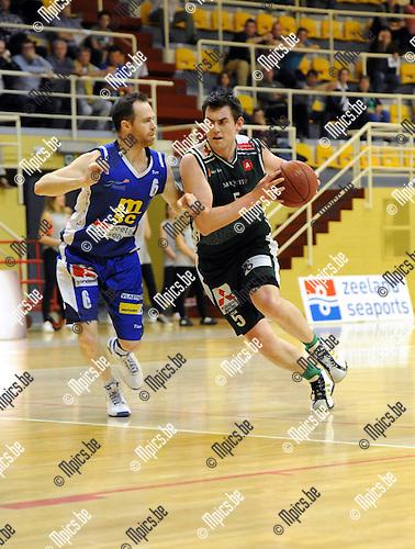 2014-04-27 / Basketbal / seizoen 2013-2014 / Sint-Jan - Gembo / Pieter Van Rilaaer (Gembo) probeert Maarten Goethaert te passeren.<br /><br />Foto: mpics.be