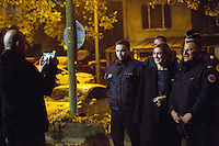 Julie Gayet pose avec la police nationale de Villerupt lors du 39e festival du film italien - France