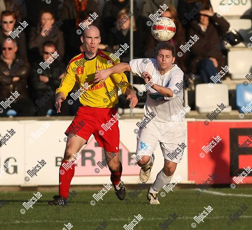 2008-12-07 / Voetbal / KFC Katelijne - Oosterzonen / Kris Liekens (L) in duel met Angelo Convalle (Katelijne) ..Foto: Maarten Straetemans (SMB)