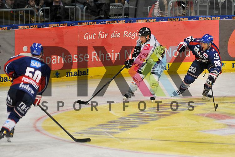 Krefelds Martin Schymainski (Nr.88) gegen Mannheims Jason Pominville (Nr.50) und rechts Mannheims Jaime Sifers (Nr.26) beim Spiel in der DEL, Adler Mannheim - Krefeld Pinguine.<br /> <br /> Foto &copy; Ice-Hockey-Picture-24 *** Foto ist honorarpflichtig! *** Auf Anfrage in hoeherer Qualitaet/Aufloesung. Belegexemplar erbeten. Veroeffentlichung ausschliesslich fuer journalistisch-publizistische Zwecke. For editorial use only.