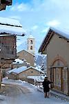 Village de Saint V&eacute;ran perch&eacute; &agrave; <br /> 2040m.Plus haute commune d'Europe, maisons traditionnelles typiques avec leur rez-de-chauss&eacute;e en pierre, leur partie sup&eacute;rieure, la fuste, construite avec des troncs de m&eacute;l&egrave;ze &eacute;quarris et non jointifs pour permettre une bonne ventilation du foin stock&eacute; &agrave; l'int&eacute;rieur, et leurs avanc&eacute;es du toit qui prot&egrave;gent de la neige et permettent de faire m&ucirc;rir les gerbes de bl&eacute; ou de seigle victimes d'un printemps tardif et d'un &eacute;t&eacute; trop court.