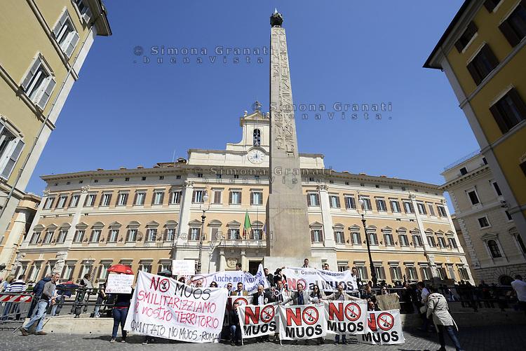 Roma,15 Aprile 2013 .Piazza Montecitorio.Cittadini siciliani di Niscemi e attivisti No MUOS manifestano davanti il Governo e il Parlamento contro l'istallazione del moderno sistema di telecomunicazioni satellitare della marina militare statunitense