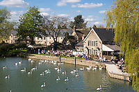United Kingdom, England, Worcestershire, Lechlade: The Riverside Pub on the River Thames | Grossbritannien, England, Worcestershire, Lechlade: The Riverside Pub am Ufer der Themse, die ab hier schiffbar ist