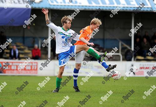 2013-12-08 / Voetbal / seizoen 2013-2014 / Nijlen - Zwijndrecht / Tom Van Britsom met Yannick Verstraeten (r. Nijlen)<br /><br />Foto: Mpics.be