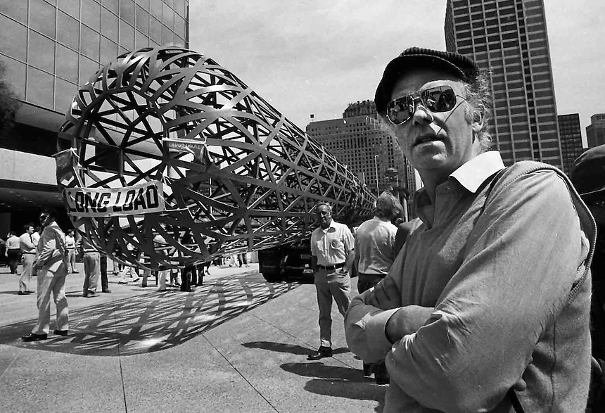Claes Oldenburg and his Batcolumn, Chicago, 1977