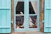 France, Côte d'Armor (22), Côte d'Emeraude, vallée de la Rance, Saint-Samson-sur-Rance:  Écluse du Châtelier  , détail fenêtre de la maison de l'éclusier //  France, Cotes d'Armor, Cote d'Emeraude (Emerald Coast, Rance Valley, Saint-Samson-sur-Rance: e Lock of Châtelier, detail window lock keeper's house
