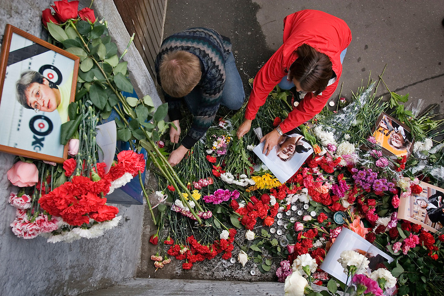 Moscow, Russia, 08/10/2006.&#xA;Mourners lay flowers and other gifts outside the apartment of Anna Politovskaya, Novaya Gazyeta journalist murdered in an apparent contract killing believed to be connected with her work.<br />