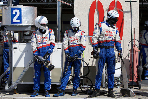 28.03.2015.  Le Castellet, France. World Endurance Championship Prologue Day 2. The Toyota pit crew await their car.