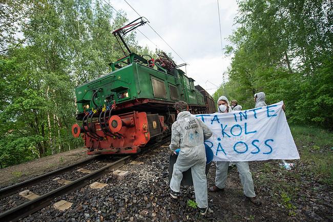 Klimacamp &quot;Ende Gelaende&quot; bei Elsterheide in der brandenburgischen Lausitz.<br /> Mehrere tausend Klimaaktivisten  aus Europa wollen zwischen dem 13. Mai und dem 16. Mai 2016 mit Aktionen den Braunkohletagebau blockieren um gegen die Nutzung fossiler Energie zu protestieren.<br /> Im Bild: Im Bild: Klimaaktivsten aus Schweden, Oesterreich, Finnland, und Deutschland versuchen die Schienen einer Kohletransportstrecke zu blockieren. Sie haben eine Vorrichtung zum anketten unter den Schienen befestigt. Nun warten sie einen Zug ab, der sie im Schrittempo passiert, um sich erst dann aneinander festzuketten.<br /> Der Zug ist der letzte, der auf dieser Strecke an diesem Tag das Kraftwerk Schwarze Pumpe erreicht.<br /> 13.5.2016, Elsterheide/Brandenburg<br /> Copyright: Christian-Ditsch.de<br /> [Inhaltsveraendernde Manipulation des Fotos nur nach ausdruecklicher Genehmigung des Fotografen. Vereinbarungen ueber Abtretung von Persoenlichkeitsrechten/Model Release der abgebildeten Person/Personen liegen nicht vor. NO MODEL RELEASE! Nur fuer Redaktionelle Zwecke. Don't publish without copyright Christian-Ditsch.de, Veroeffentlichung nur mit Fotografennennung, sowie gegen Honorar, MwSt. und Beleg. Konto: I N G - D i B a, IBAN DE58500105175400192269, BIC INGDDEFFXXX, Kontakt: post@christian-ditsch.de<br /> Bei der Bearbeitung der Dateiinformationen darf die Urheberkennzeichnung in den EXIF- und  IPTC-Daten nicht entfernt werden, diese sind in digitalen Medien nach &sect;95c UrhG rechtlich geschuetzt. Der Urhebervermerk wird gemaess &sect;13 UrhG verlangt.]