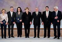 Berlin, die neuen Minister in der Gro&szlig;en Koalition um Bundeswirtschaftsminister und Vizekanzler Sigmar Gabriel (SPD, 2.v.r.) und Au&szlig;enminister Frank-Walter Steinmeier (SPD, r.) und Bundeskanzlerin Angela Merkel (CDU) stehen am Dienstag (17.12.13) im Schloss Bellevue nach der &Uuml;bergabe der Ernennungsurkunden mit Bundespr&auml;sident Joachim Gauck (M.).<br /> Foto: Steffi Loos/CommonLens
