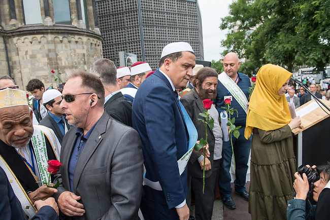 Der &quot;Marsch der Muslime gegen Terrorismus&quot; am Sonntag den 9. Juli 2017 in Berlin.<br /> Etwa sechzig Imame aus Frankreich und anderen europaeischen Laendern, darunter auch sechs Imame aus Berlin werden ab dem 9. Juli 2017 in europaeische Staedte fahren, wo es in den letzten Jahren besonders schwere islamistisch motivierte Terroranschlaege gegeben hat.In Berlin versammelten sie sich zusammen mit Mitgliedern der christlichen und juedischen Gemeinde an der Kaiser-Wilhelm-Gedaechtnis-Kirche in Berlin-Charlottenburg wo im Dezember 2016 einen Anschlag auf den Weihnachtsmarkt gegeben hatte.<br /> Der franzoesische Imam Hassen Chalghoumi aus dem Pariser Vorort Drancy engagiert sich seit vielen Jahren fuer ein friedliches Miteinander der Religionen, insbesondere im Verhaeltnis der Muslime zum Judentum. Zusammen mit seinem Freund, dem juedischen Schriftsteller Marek Halter, der seit Jahrzehnten in gleicher Weise engagiert ist hat er den &quot;Marche des musulmans contre le terrorisme&quot; initiert. Sie wollen nach Bruessel, Paris, St.-Etienne-du-Rouvray, Toulouse und Nizza und dort oeffentlich fuer die Opfer beten und gegen einen Missbrauch des Islam durch Terroristen und menschenfeindliche Gruppen eintreten.<br /> Die Evangelische Kirche Berlin-Brandenburg-schlesische Oberlausitz unterstuetzt das Anliegen der &quot;Marche des musulmans contre le terrorisme&quot;. Der Landesbischof Dr. Markus Droege hat an dem Gebet der Muslime auf dem Breitscheidplatz als Gast teilgenommen und einen Segen fuer die Teilnehmer ausgesprochen.<br /> In der Bildmitte:  Imam Chalghoumi und Marek Halter.<br /> 9.7.2017, Berlin<br /> Copyright: Christian-Ditsch.de<br /> [Inhaltsveraendernde Manipulation des Fotos nur nach ausdruecklicher Genehmigung des Fotografen. Vereinbarungen ueber Abtretung von Persoenlichkeitsrechten/Model Release der abgebildeten Person/Personen liegen nicht vor. NO MODEL RELEASE! Nur fuer Redaktionelle Zwecke. Don't publish without copyright Christian-Ditsch.de, V