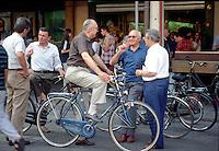 Mantova, uomini in bicicletta nel centro storico.<br /> Mantua, men with bicycles in the historic centre.