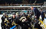 Stockholm 2014-09-27 Ishockey Hockeyallsvenskan AIK - Mora IK :  <br /> AIK:s tr&auml;nare Thomas Fr&ouml;berg och Michael Nylander (till v&auml;nster) med AIK:s spelare i avbytarb&aring;set under ett powerbreak<br /> (Foto: Kenta J&ouml;nsson) Nyckelord:  AIK Gnaget Hockeyallsvenskan Allsvenskan Hovet Johanneshovs Isstadion Mora MIK depp besviken besvikelse sorg ledsen deppig nedst&auml;md uppgiven sad disappointment disappointed dejected