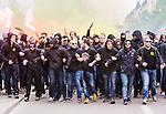 Stockholm 2015-05-25 Fotboll Allsvenskan Djurg&aring;rdens IF - AIK :  <br /> AIK:s supportrar under en marsch p&aring; G&ouml;tagatan inf&ouml;r matchen mellan Djurg&aring;rdens IF och AIK <br /> (Foto: Kenta J&ouml;nsson) Nyckelord:  Fotboll Allsvenskan Djurg&aring;rden DIF Tele2 Arena AIK Gnaget supporter fans publik supporters