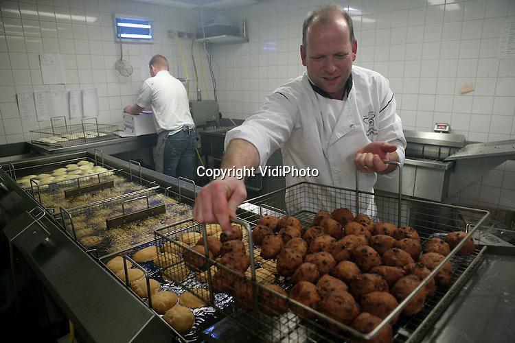 Foto: VidiPhoto..DIDAM - Kampioensbakker Paul Berntsen bezig met het bakken en inpakken van oliebollen..