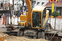 SÃO PAULO, SP, 30.04.2015 - ACIDENTE-SP - Escavadeira cai dentro de um buraco na Avenida Júlio Buono, na Zona Norte de São Paulo, nesta quinta-feira (30). Ninguém ficou ferido. (Foto: Márcio Ribeiro/Brazil Photo Photo Press)