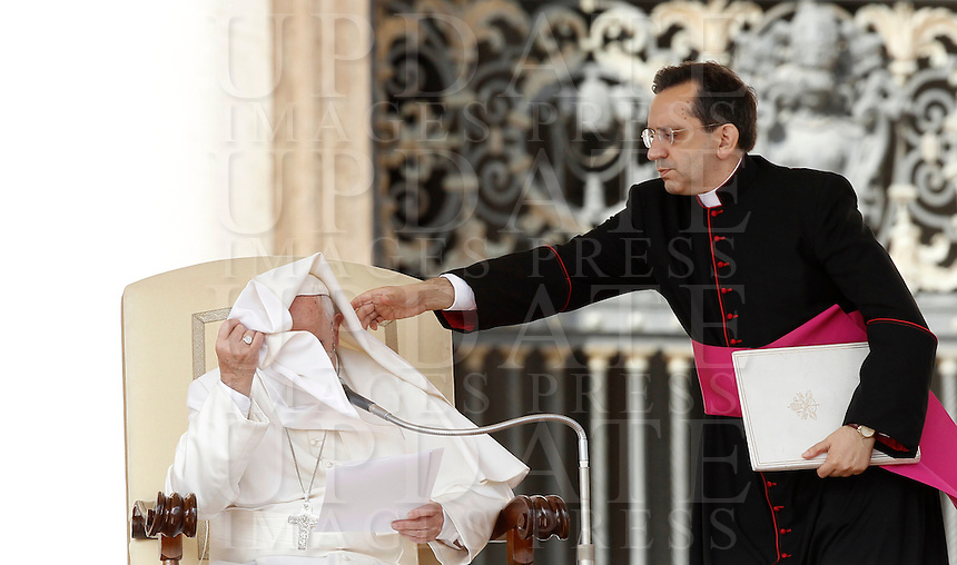 Una raffica di vento solleva la mantella di Papa Francesco durante l'udienza generale del mercoledi' in Piazza San Pietro, Citta' del Vaticano, 7 ottobre 2015.<br /> Pope Francis has his mantle blown by a gust of wind during his weekly general audience in St. Peter's Square at the Vatican, 7 October 2015.<br /> UPDATE IMAGES PRESS/Isabella Bonotto<br /> <br /> STRICTLY ONLY FOR EDITORIAL USE