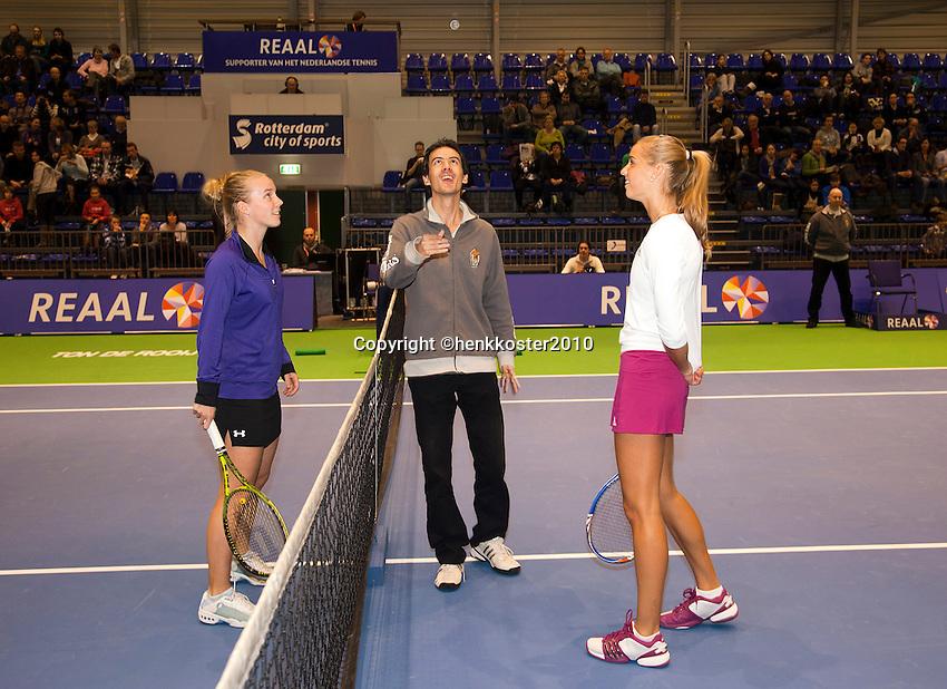 18-12-10, Tennis, Rotterdam, Reaal Tennis Masters 2010, Richelle Hoogenkamp(L) en Arantxa Rus kijken toe als de umpire de toss verricht