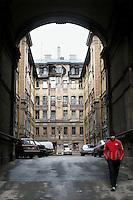 San Pietroburgo: un uomo atraversa un cortile di un palazzo