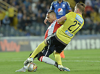 BOGOTA - COLOMBIA -09 -09-2015: Nikolas Vikonis (Der) arquero de Millonarios disputa el balón con Jarlan Barrera (Izq) jugador de Atlético Junior durante por la fecha 11 de la Liga Águila II 2015 jugado en el estadio Nemesio Camacho El Campín de la ciudad de Bogotá./ Nikolas Vikonis (R) goalkeeper of Millonarios fights for the ball with Jarlan Barrera (L) player of Atletico Junior during the match for the 11th date of the Aguila League II 2015 played at Nemesio Camacho El Campin stadium in Bogota city. Photo: VizzorImage / Gabriel Aponte / Staff.