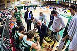 S&ouml;dert&auml;lje 2014-04-26 Basket SM-final S&ouml;dert&auml;lje Kings - Norrk&ouml;ping Dolphins :  <br /> tr&auml;nare headcoach coach Vedran Bosnic under en timeout   i matchenmed S&ouml;dert&auml;lje Kings spelare<br /> (Foto: Kenta J&ouml;nsson) Nyckelord:  S&ouml;dert&auml;lje Kings SBBK Norrk&ouml;ping Dolphins SM-final Final T&auml;ljehallen