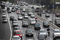 S&Atilde;O PAULO-SP,26,07,2014-TR&Acirc;NSITO/23 DE MAIO - Avenida 23 de Maio segue com tr&acirc;nsito intenso sentido Bairro, com a pista escorregadia por causa da chuva o motorista segue com lentid&atilde;o na regi&atilde;o central da cidade de S&atilde;o Paulo na tarde desse S&aacute;bado,26<br /> (Foto:Kevin David/Brazil Photo Press)
