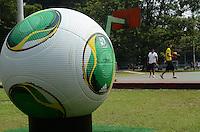 SAO PAULO, SP, 03 DE DEZEMBRO DE 2012 - Replica gigante da bola oficial que sera usada na Copa das Confederacoes esta exposta no Parque do ibirapuera, na tarde desta terca feira, 04. FOTO: ALEXANDRE MOREIRA - BRAZIL PHOTO PRESS.