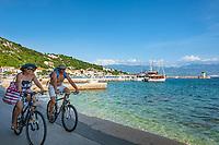 Croatia, Kvarner Gulf, Krk Island, Baska: popular resort, seaside promenade | Kroatien, Kvarner Bucht, Insel Krk, Baska: beliebter Badeort im Suedwesten der Insel, Strandpromenade