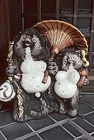 """Asie/Japon/Kyoto: Détail d'un blaireau - Symbole de """"bonne chaire"""" - qui sert de devanture aux restaurants"""