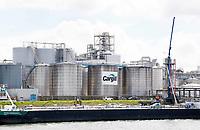 Nederland  Rotterdam - 2017.  De haven van Rotterdam. Cargill. Cargill levert voedings-, landbouw-, financiële en industriële producten en diensten aan de hele wereld. Cargill Rotterdam. Plantaardige olieraffinage. De olieraffinaderijen (bedrijfsonderdeel Refined Oils Europe) zuiveren verschillende oliën tot hoge kwaliteit oliën en vetten, die gebruikt worden in margarines en andere voedselproducten. Onder de ruwe oliën bevinden zich zonnebloem- en koolzaadolie, die door Cargills eigen fabrieken worden verwerkt, alsmede kokos-, vis- en palmoliën, en andere tropische oliën. Hiernaast worden sojabonen verwerkt tot gespecialiseerde producten, zoals enzymgemodificeerde soja voor de markt voor samengestelde diervoeding.  Foto Berlinda van Dam / Hollandse Hoogte