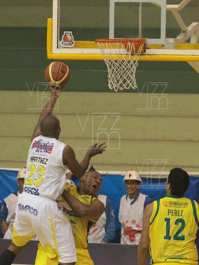 BUCARAMANGA -COLOMBIA, 04-10-2013. Martínez (I) de Bucaros lucha por el balon  con Jairo Mendoza (D) de Bambuqeros durante el encuentro entre Búcaros Freskaleche y Bambuqueros de Neiva válido por la fecha 23 de la Liga DirecTV de Baloncesto 2013-II Colombia de Colombia realizado en el Coliseo Vicente Díaz Romero de Bucaramanga./ Martinez of Bucaros fights for the ball with Jairo MendozaJairo Mendoza of bambuqueros during the match between Bucaros Freskaleche and Bambuqueros de Neiva valid for the 23th date DirecTV Basketball League 2013-II in Colombia at Vicente Diaz Romero coliseum in Bucaramanga. Photo:VizzorImage / Duncan Bustamante / STR