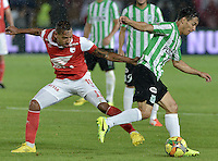 BOGOTÁ -COLOMBIA, 07-05-2014. Wilder Medina (Izq) de Independiente Santa Fe disputa el balón con Diego Alejandro Arias (Der) del Atlético Nacional durante partido de ida por las semifinales de la Liga Postobón  I 2014 jugado en el estadio Nemesio Camacho el Campín de la ciudad de Bogotá./ Independiente Santa Fe player Wilder Medina (L) fights for the ball with Atletico Nacional player Diego Alejandro Arias (R) during first leg match for the semifinals of the Postobon League I 2014 played at Nemesio Camacho El Campin stadium in Bogotá city. Photo: VizzorImage/ Gabriel Aponte / Staff