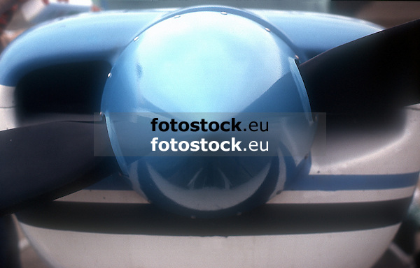 Spinner of a blue Cesna<br /> <br /> Casquete de la h&eacute;lice de una Cesna azul<br /> <br /> Propellernabenhaube einer blauen Cesna<br /> <br /> Original: 35 mm slide transparency