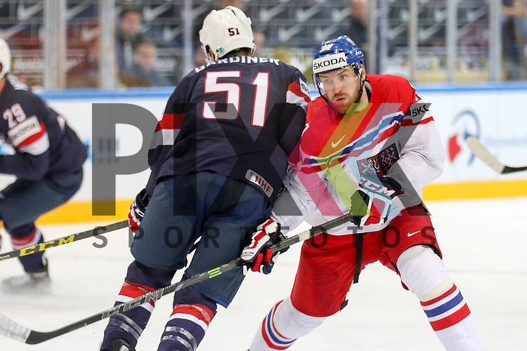 USAs Gardiner, Jake (Nr.51)(Toronto Maple Leafs) kann den Angreifer nicht aufhalten im Spiel IIHF WC15 USA vs. Czech Republic.<br /> <br /> Foto &copy; P-I-X.org *** Foto ist honorarpflichtig! *** Auf Anfrage in hoeherer Qualitaet/Aufloesung. Belegexemplar erbeten. Veroeffentlichung ausschliesslich fuer journalistisch-publizistische Zwecke. For editorial use only.