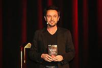 Autor Joe Fischler mit seinem Buch Veilchens Feuer