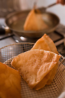 Afrique/Afrique du Nord/Maroc/Province d'Agadir/Tighanimine Elbaz: Ecolodge Atlas Kasbah - En cuisine préparation des briouats aux crevettes