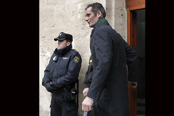 GRA176. PALMA DE MALLORCA, 23/02/2013.- El duque de Palma, Iñaki Urdangarin, abandona los juzgados de Palma tras prestar declaración durante cuatro horas como imputado por las supuestas irregularidades detectadas en la gestión de fondos públicos por parte del Instituto Nóos. EFE/Ballesteros