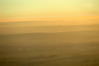 4415/Dunst:DEUTSCHLAND, NIEDERSACHSEN 09.12.2004 Unter dem Begriff Dunst versteht man in der Meteorologie die Trübung der Erdatmosphäre durch Wassertröpfchen oder feste Schwebpartikel. Im Unterschied zum Nebel ist Dunst wesentlich weniger dicht, mit einer Sichtweite von mehr als einem Kilometer. Ab einer Sichtweite von acht und mehr Kilometern ist die Trübung zu schwach um noch von Dunst zu sprechen. Neben diesem optischen Merkmal kann man beide Phänomene physikalisch dadurch unterscheiden, dass es sich bei Wasserdampfsättigung der Luft um Nebel und bei ungesättigter Luft um Dunst handelt. Wie auch der Nebel und in Abgrenzung zu einer Wolke besitzt Dunst immer Bodenkontakt. Vor allem in der Seefahrt spricht man anstatt von Dunst auch von diesigem Wetter..Luftbild, Luftansicht.