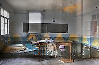 El guix dibuixa uns mots a la pissarra,<br /> com si la classe an&eacute;s a comen&ccedil;ar,<br /> per&ograve; l'aula &eacute;s buida: nom&eacute;s unes cadires,<br /> un desordre de taulons amuntegats,...<br /> <br /> Penja el retrat d'un home amb sotana a la paret<br /> i estan obertes les finestres enreixades;<br /> travessa els vidres, com abans, una claror<br /> que convidava al joc al pati de l'escola.<br /> <br /> L'espai es tenyeix d'una llum esblaimada,<br /> d'una t&egrave;nue grisor: no s'hi senten les veus,<br /> no el recorren els ulls atents o inquiets<br /> d'alumnes que enyoraven els carrers<br /> mentre aprenien l'estranya disciplina de les hores.<br /> <br /> Les taques d'humitat, l'esquerda que s'eixampla,<br /> la taula modesta sostenint-se encara<br /> com si esper&eacute;s que alg&uacute; hi deix&eacute;s uns llibres.<br /> <br /> Potser un mestre retorna als noms i a les mirades<br /> d'aquells qui s'esfor&ccedil;aven a aprendre'n les lli&ccedil;ons.<br /> Potser hi ha uns estudiants que coincideixen<br /> per desfer sense presses els dies que els allunyen<br /> i recordar, ja sense la urg&egrave;ncia adelerada<br /> de qui es menja la vida a queixalades,<br /> les &agrave;nsies, les derrotes compartides.<br /> <br /> Hi ha una mem&ograve;ria tena&ccedil;<br /> com la de l'arbre que rebrota,<br /> la dels matins que ressegueixen<br /> en silenci els passadissos solitaris.<br /> <br /> Tornem a llocs<br /> que no hav&iacute;em habitat.<br /> <br /> Carles Duarte i Montserrat