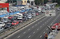 SAO PAULO, 16 DE MAIO DE 2012 - TRANSITO RADIAL LESTE SP - Transito com lentidao no sentido bairro da Radial Leste, na manha desta quarta feira, devido ao acidente entre dois trens que se chocaram entre as estacoes Carrao e Penha da linha vermelha. FOTO:ALEXANDRE MOREIRA - BRAZIL PHOTO PRESS