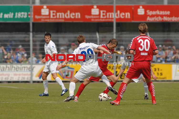 3. FBL 2008/2009 34. Spieltag RŁckrunde BSV Kickers Emden vs. Wacker Burghausen,  Lavente Schultz (Burghausen #20) gegen Nils Pfingsten (Emden #20, weiŖ), rechts David Solga (Burghausen #30) , Foto © nph (nordphoto)