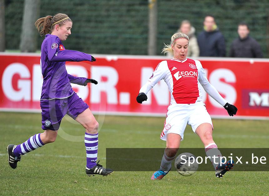 Beerschot Dames - AJAX Amsterdam Dames : Mandy Versteegt aan de bal voor Lisa Korevaar.foto JOKE VUYLSTEKE / Vrouwenteam.be
