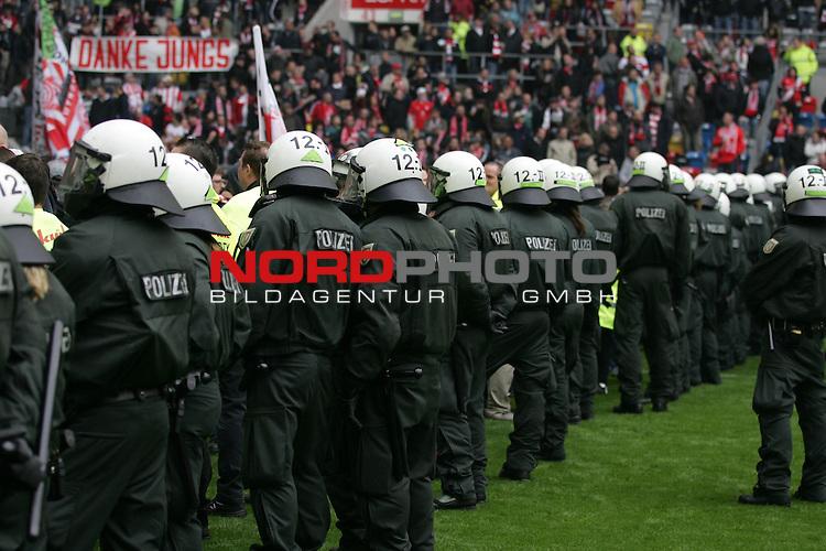 06.05.2012, ESPRIT-Arena, Duesseldorf, GER, 2.FBL, Fortuna Duesseldorf vs MSV Duisburg, im Bild &quot;Danke Jungs&quot; und Polizei im Vordergrund<br /> <br /> // during the 2. Bundesliga match Fortuna Duesseldorf vs MSV Duisburg on 2012/05/06, ESPRIT-Arena, Duesseldorf, Germany.<br /> Foto &copy; nph / Herbst *** Local Caption ***