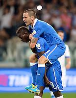 Fussball International  WM Qualifikation 2014   10.09.2013 Italien - Tschechien Jubel Italien;  Mario Balotelli (unten) umarmt von Leonardo Bonucci