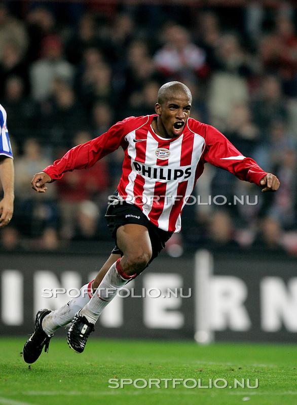 Nederland, Eindhoven, 25 september 2004.Holland Casino Eredivisie .PSV-Heerenveen .Farfan van PSV juicht nadat hij heeft gescoord
