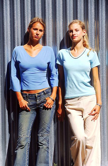 Deux jeunes femmes *** Two young women.